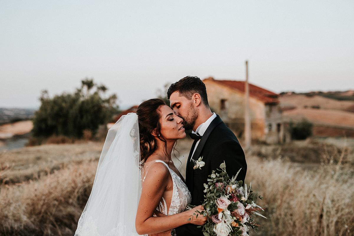Gli sposi nella magica luce del tramonto