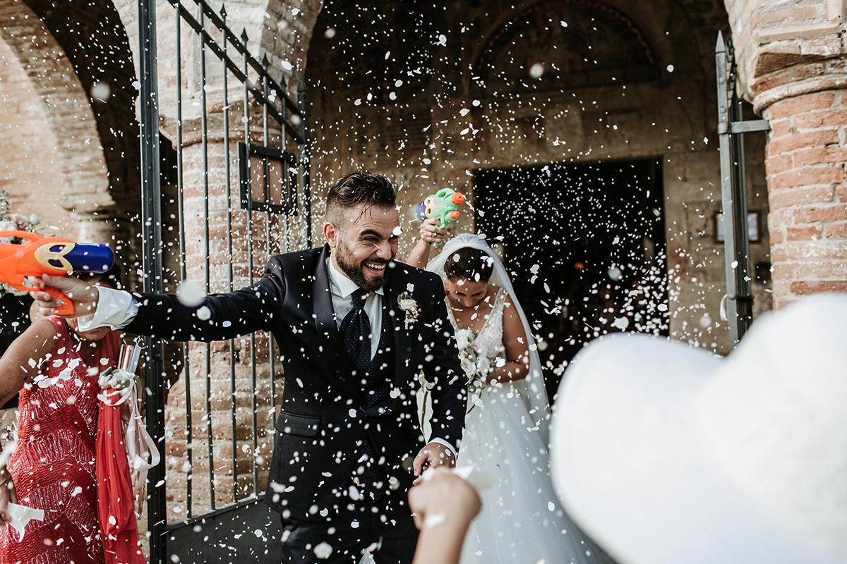 Gli sposi divertiti all'uscita della Chiesa