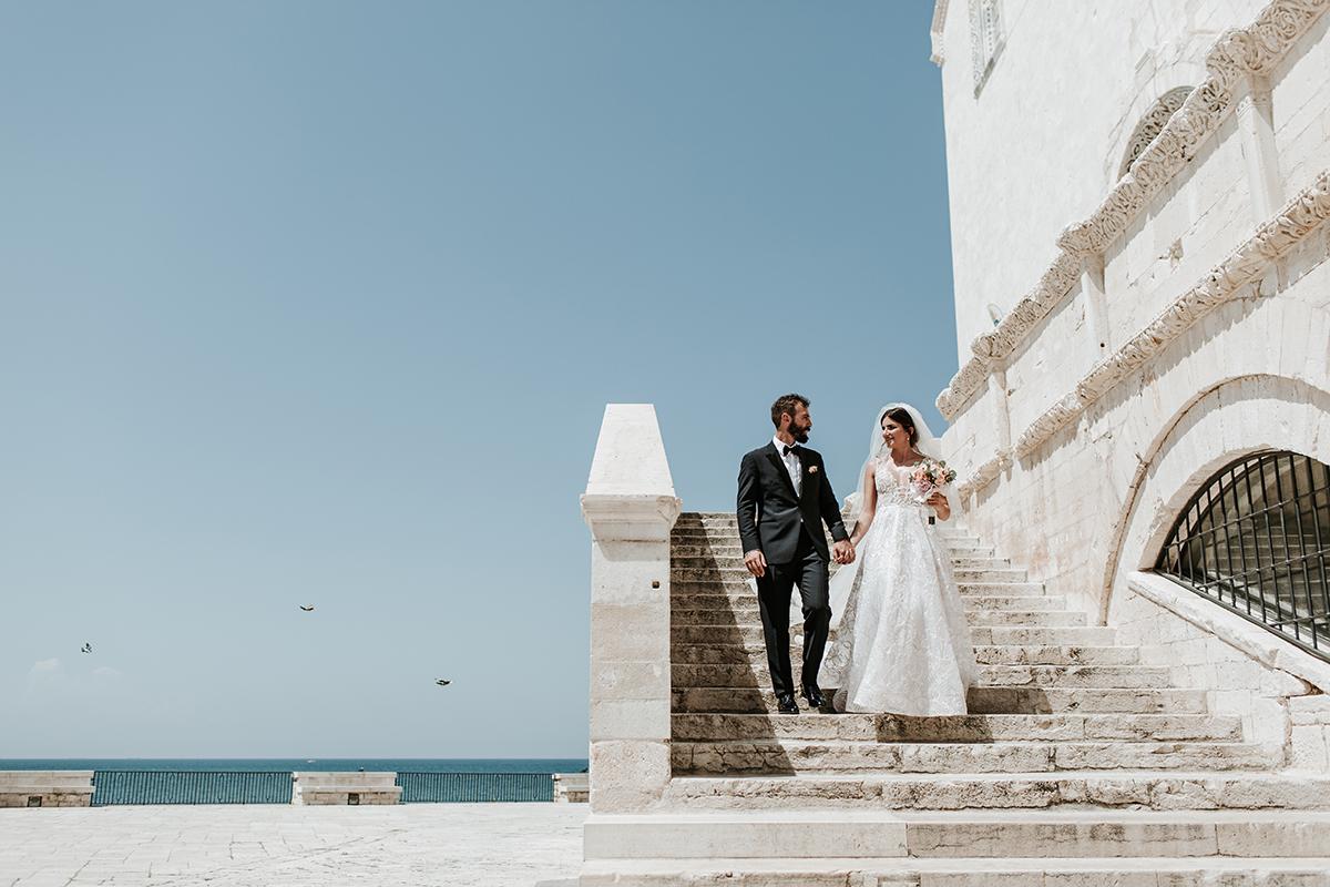 Gli sposi sulla scalinata della Cattedrale di Trani